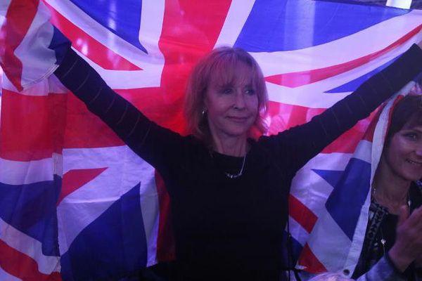 Une femme brandit un drapeau britannique lors d'un meeting en faveur du Brexit, le 4 juin 2016, à Londres