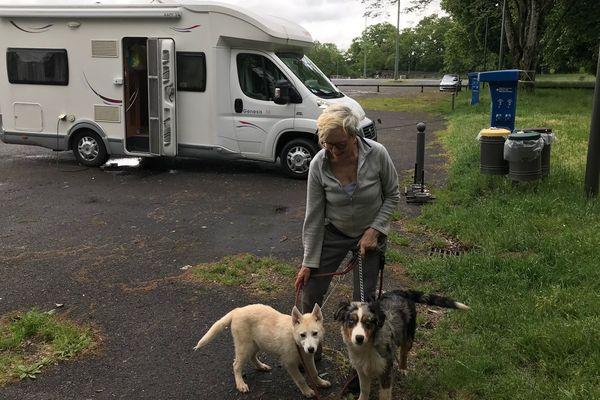 Anne Barsacq est confinée dans ce camping car avec ses deux chiens depuis 7 semaines.