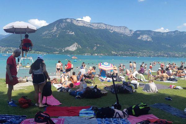 Des baigneurs autour du lac d'Annecy (Haute-Savoie) le 19 juillet 2021.
