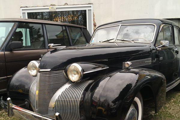 Cadillac 1939 vendue neuve en France : elle est en révision chez Thierry Hillereau.