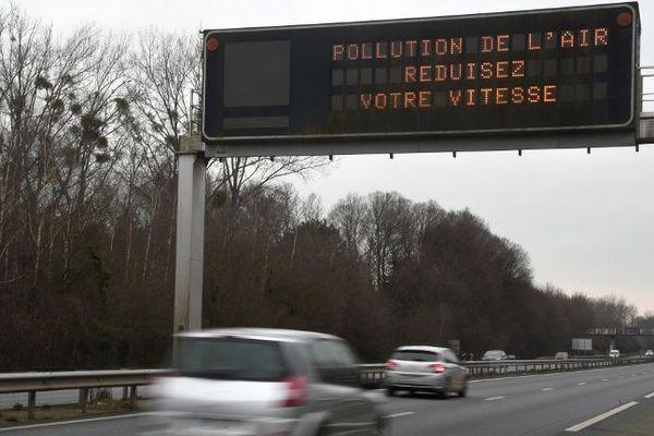 Les gaz d'échappement des véhicules sont une des causes de pollution aux particules fines.
