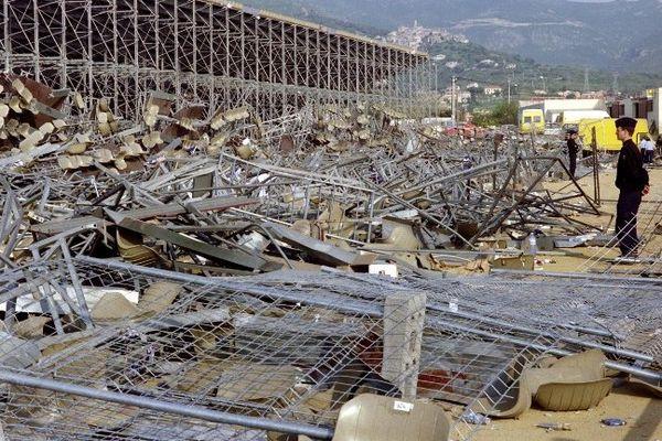 Furiani, photographie de la tribune effondrée prise le 6 mai 1992