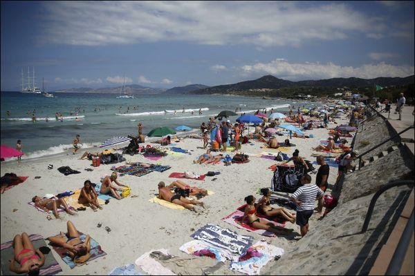 Le beau temps prévu ce weekend devrait inciter vacanciers comme insulaires à garnir les plages.