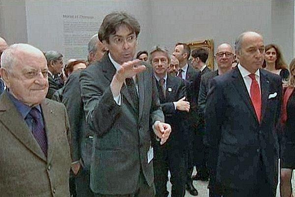 Laurent Fabius, vice-président du festival Normandie Impressionniste 2013 et Pierre Bergé (président du festival) entourent Sylvain Amic, commissaire de l'exposition du musée des Beaux-Arts de Rouen