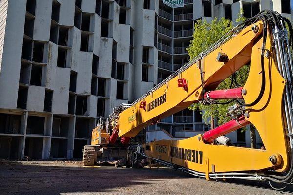La pelle mécanique de 30 tonnes et de plus de 30 mètres de haut grignotera les 10 étages de la résidence les Castalides.
