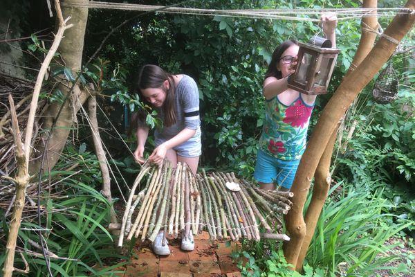 Maja et Asa ont profité du confinement pour fabriquer toutes sortes d'objets en bois dans le jardin
