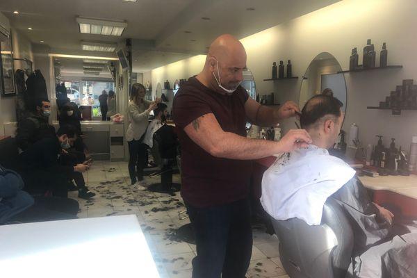 """A l'intérieur, les coiffeurs doivent respecter la règle des """"8 mètres carré par client""""."""