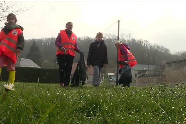En 2019, une dizaine de personnes se sont mobilisées à Epagny dans l'Aisne pour ramasser des déchets. / © France 3 Picardie