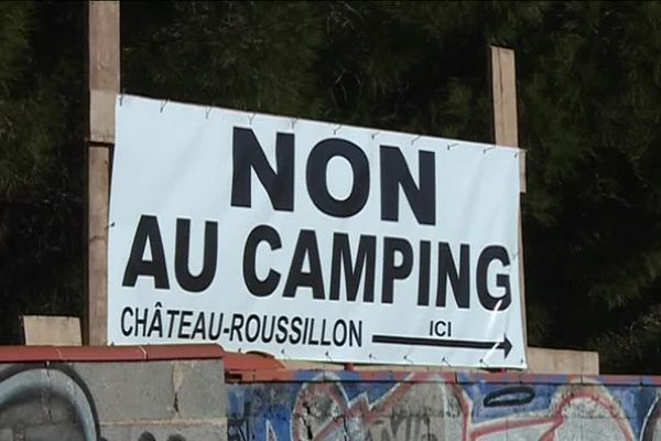 Banderole hostile au projet de camping de luxe de Château Roussillon (Pyrénées-Orientales)