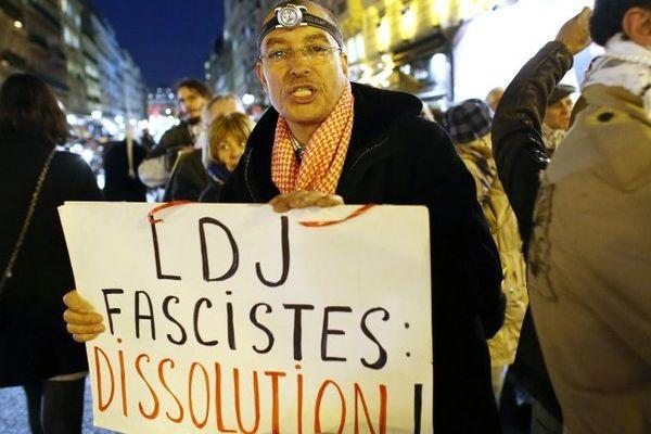 Archives. Un opposant à la LDJ, réclamant sa dissolution lors d'une manifestation.