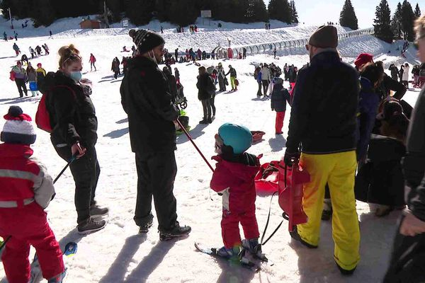 Beaucoup de monde sur le front de neige à Chamrousse depuis le début des vacances d'hiver