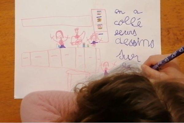 Des sourires et des dessins pour afficher leur soutien aux soignants dans les hôpitaux.