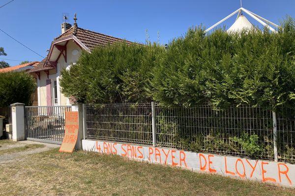 Le propriétaire de ces biens proteste contre les impayés de loyers à Audenge, sur le bassin d'Arcachon en Gironde