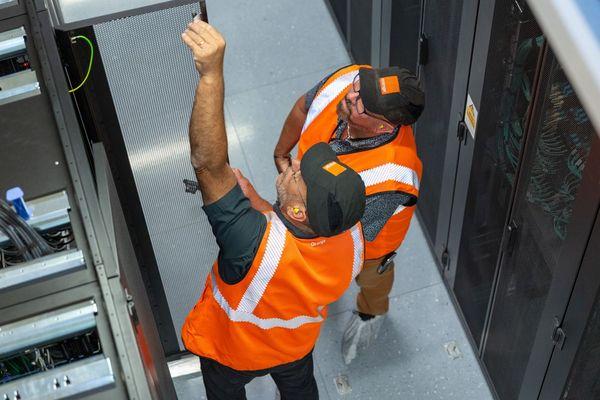 Les agents orange dans les locaux du nouveau data center d'Amilly.