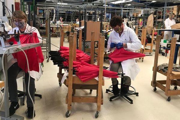 Dans l'atelier, la fabrication des parapluies est relancée.