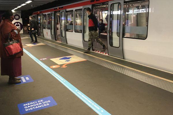 Les nouvelles règles sanitaires sont globalement bien respectées dans le métro, et l'ensemble du réseau des Transports en commun de Lyon depuis le déconfinement du 11 mai 2020.