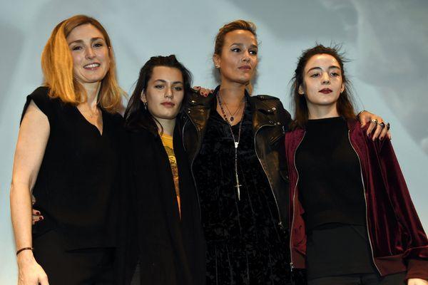 """Julie GAYET (productrice), Ella RUMPF, Julia DUCOURNAU (réalisatrice) et Garance MARILLIER du film """"Grave"""" qui remporte le Grand prix et le Prix de la critique au Festival international du film fantastique de Gérardmer, le 29 janvier 2017."""