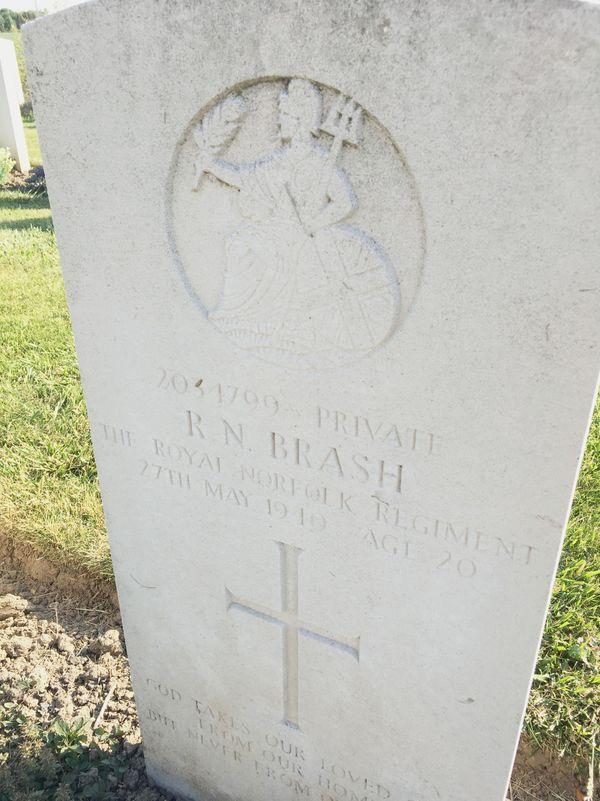 La tombe d'un soldat britannique de 20 ans exécuté par le SS le 27 mai 1940 à Lestrem.