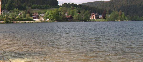 Le lac de Gérardmer magnifique mais vide de toute activité depuis le confinement.