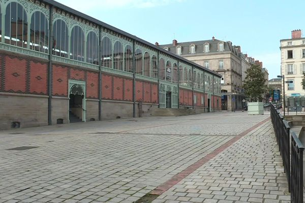 Dans le centre ville de Limoges confiné, la place de la Motte et les Halles sont désertes