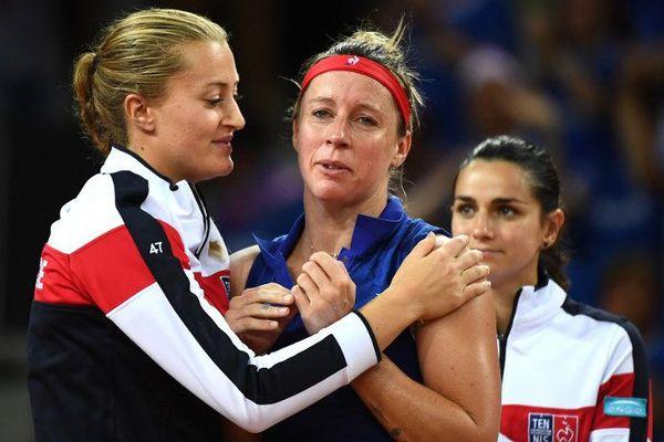 Kristina Mladenovic réconforte Pauline Parmentier après sa défaite face à l'Américaine Amandine Hesse.