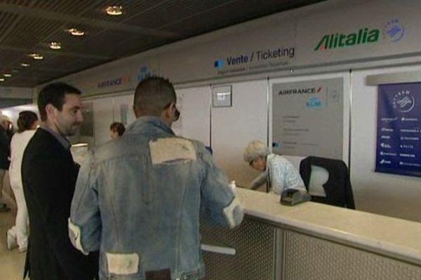 Le comptoir Air France de la compagnie Air France à l'aéroport de Nice.