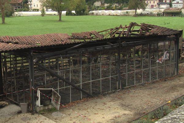 Le hangar principal du club nautique d'Aubeterre-sur-Dronne (Charente) a été complètement détruit par les flammes.