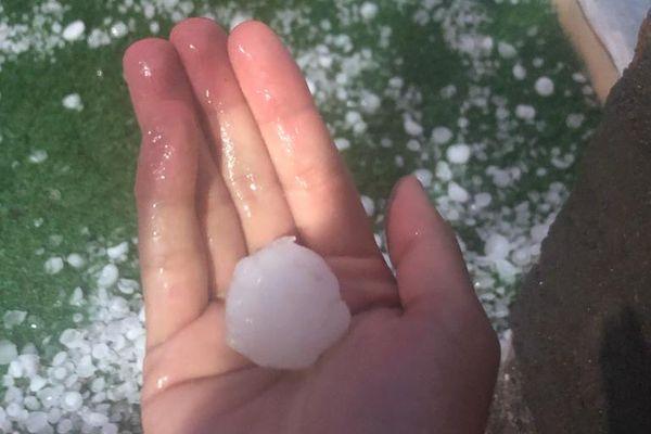 La nuit du 24 juillet a été mouvementée pour certaines communes du Puy-de-Dôme touchées par des orages de grêles. A Volvic, certains grêlons avaient la taille d'une balle de ping-pong. Des voitures ont été endommagées.