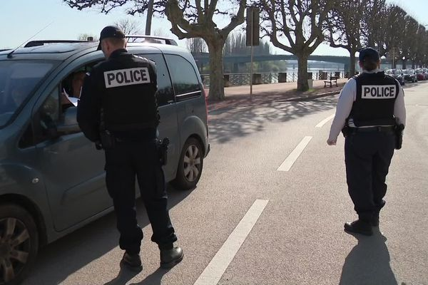 Contrôles des attestations dérogatoires par des policiers à Chalon-sur-Saône jeudi 19 mars 2020.