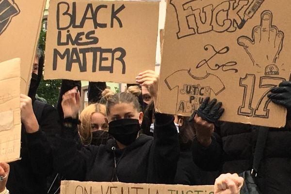 La plupart des manifestants étaient vêtus de noir