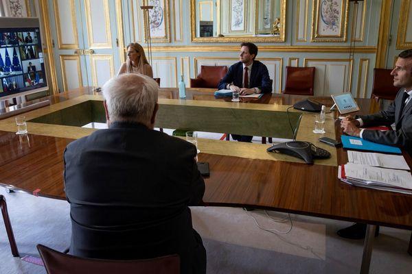 Illustration. Visio-conférence d'Emmanuel Macron avec les membres du Conseil européen, le 23 avril 2020. Le président s'est aussi entretenu avec des maires sur le déconfinement.