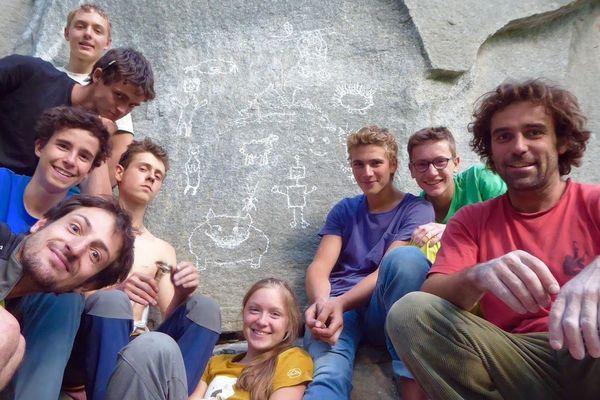 """Les jeunes grimpeurs du groupe """"Age de Glace"""" et les guides de haute-montagne qui les encadrent"""