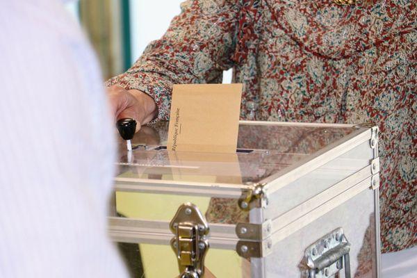 Photo d'illustration d'un bulletin placé dans l'urne.