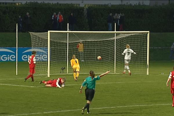 Samedi à la Plaine de jeux de Lyon-Gerland : l'un des nombreux buts des Lyonnaises.