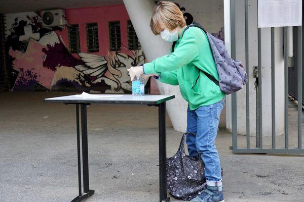 Se laver les mains régulièrement, un rituel qui fait maintenant partie de la journée des collégiens.