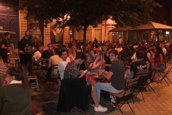 Les terrasses étaient très animées mercredi soir à Bordeaux, une fois la nuit tombée.