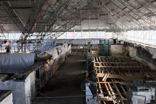 Le dernier étage de la mairie d'Annecy surplombé par le toit parapluie pour protéger l'édifice des intempéries.