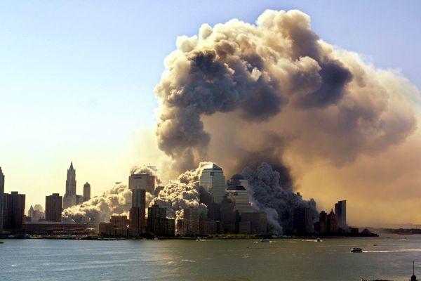 11 septembre 2001 - Frappées par deux avions, les deux tours du World Trade Center de New-York finissent par s'effondrer