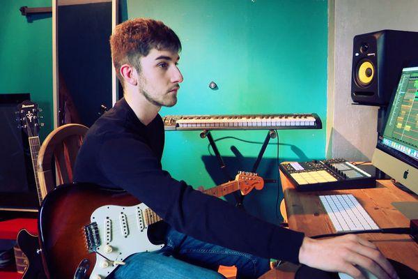 Xixi a suivi 8 ans de cours de guitare classique avant de découvrir la Musique Assistée par Ordinateur (MAO) pour créer ses titres électro.
