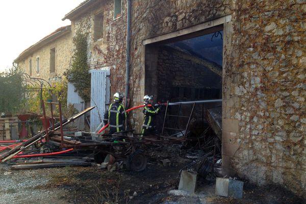 Vallerargues (Gard) - un hangar agricole et son stock de paille détruits par un incendie - 1er novembre 2017.