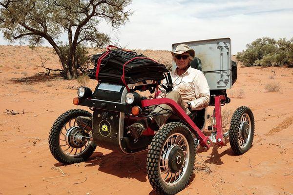 L'aventurier Charles Hedrich est rentré en Haute-Savoie après avoir traversé le désert Simpson en buggy solaire.