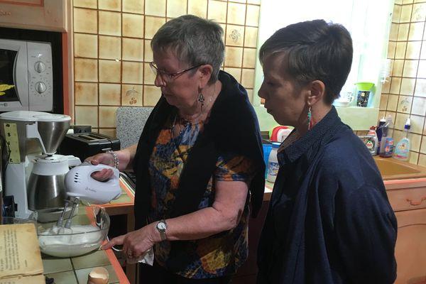 Sandrine Barbier, assistante de soins en gérontologie, vient une fois par semaine chez Geneviève pour l'aider à garder ses capacités.