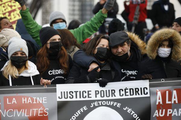 La famille de Cédric Chouviat lors d'une marche blanche à l'occasion de l'anniversaire de son décès, le 3 janvier 2021 à Paris.