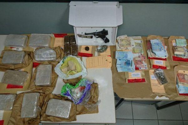 La saisie : 12 kg d'héroïne, des milliers d'euros en petites coupures et un pistolet automatique avec des munitions.