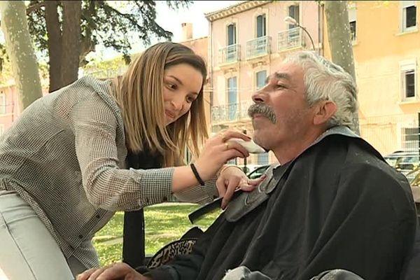 Depuis deux ans, Anissia Sadaoui propose des coupes de cheveux gratuites aux sans-abris du centre-ville de Narbonne.