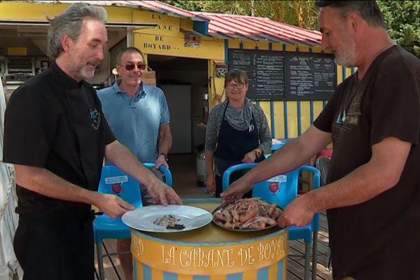 Le chef cuisinier Fabrice Gass en compagnie de notre journaliste Yann Salaün, prêts à déguster ces deux plats de langoustines de la Cotinière.