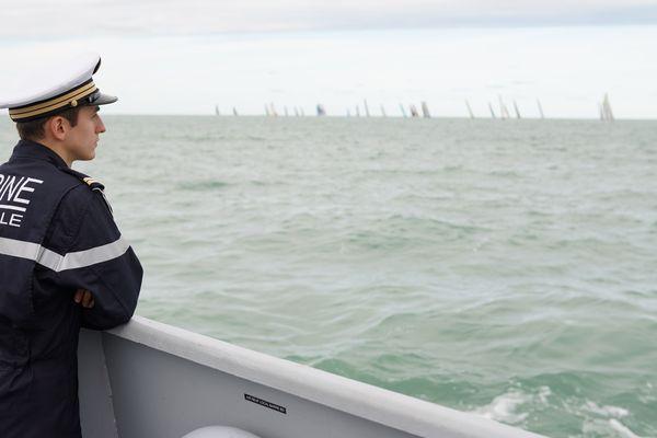 Rêveur, un marin du PSP le Flamant regarde les voiliers disparaître au loin