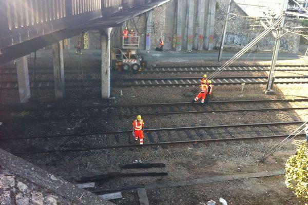 Le pont avenue de Grammont, à Tours, enjambant les voies SNCF a été touché par un incendie dans la nuit de vendredi à samedi.
