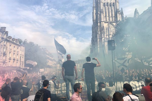 Plus d'un millier de supporters des Girondins se sont rassemblés place Pey-Berland ce samedi 24 avril à Bordeaux.