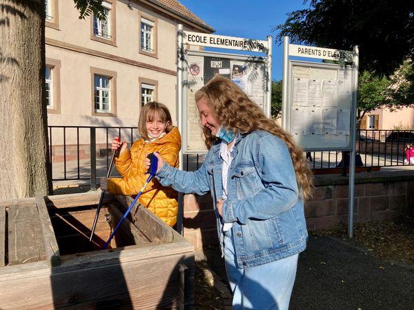 Morgane et Laura s'occupent du bac à compost de l'école
